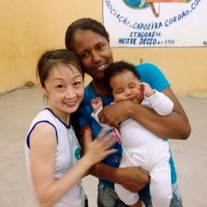 ブシーシャもカポエイラを長く続けている女性。現在はご主人CMバイアーノと4人のお子三達とファミリーで。